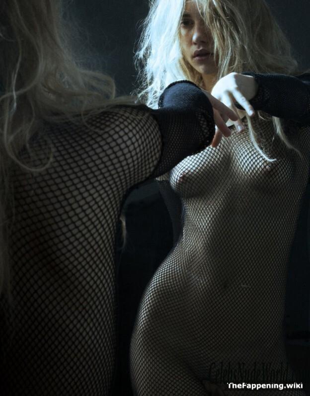 Suki nackt Waterhouse Nude celebrity