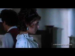 Elizabeth Hurley - Remando al viento (1988)