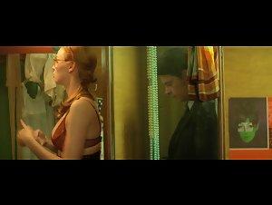 Freya Mavor - La dame dans l'auto avec des lunettes et un fusil (2015)