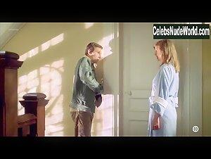 Clemence Poesy  in Bienvenue chez les Rozes (2003) scene 1